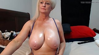 Hot mature woman has juicy gut and shows em on webcam