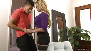 After blowing milf Claudia Valentine decides on every side fuck with a stranger