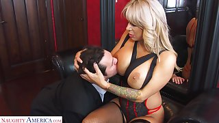 Hyper sexual cougar Alyssa Lynn is cheating on her husband at hand a young personnel driver
