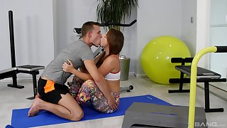 Sporty chick gets laid with her fitness trainer