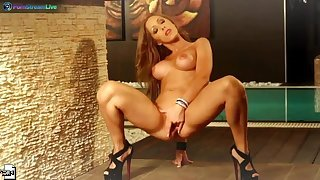 Glamorous pinup Melanie Gold playing with her sweet pussy